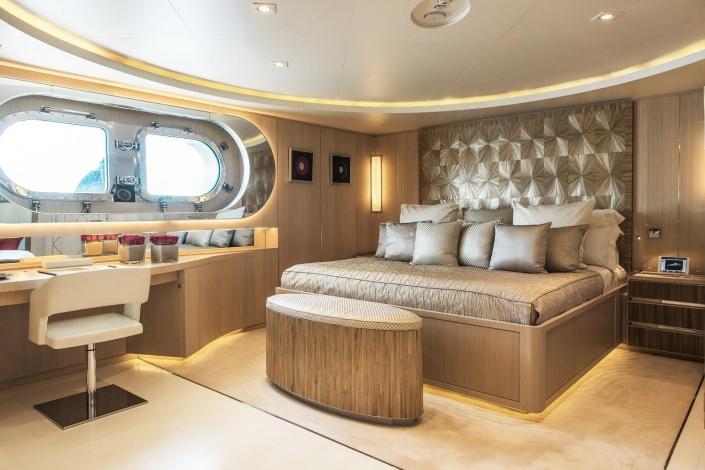 Light Holic Yacht - REF. 76Angle